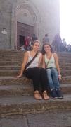 Natascha und ich vor der Kirche in Cortona